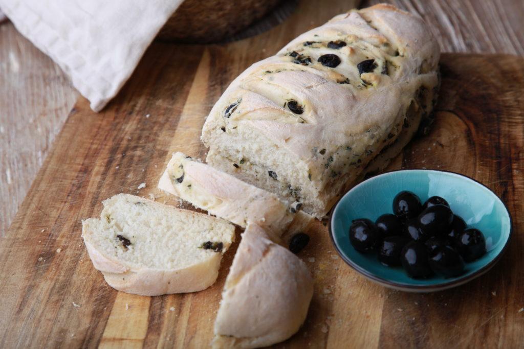 Baguette mit Oliven und Kräutern