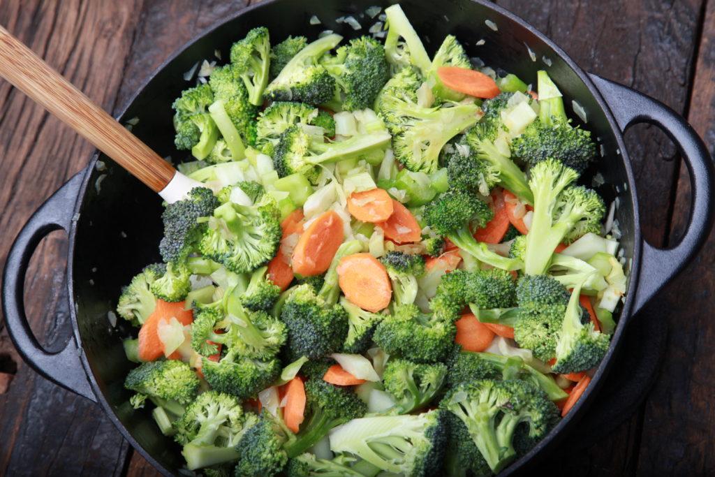 Gemüse für Minestrone klein schneiden