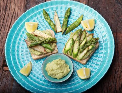 Grüner Spargel auf Toast