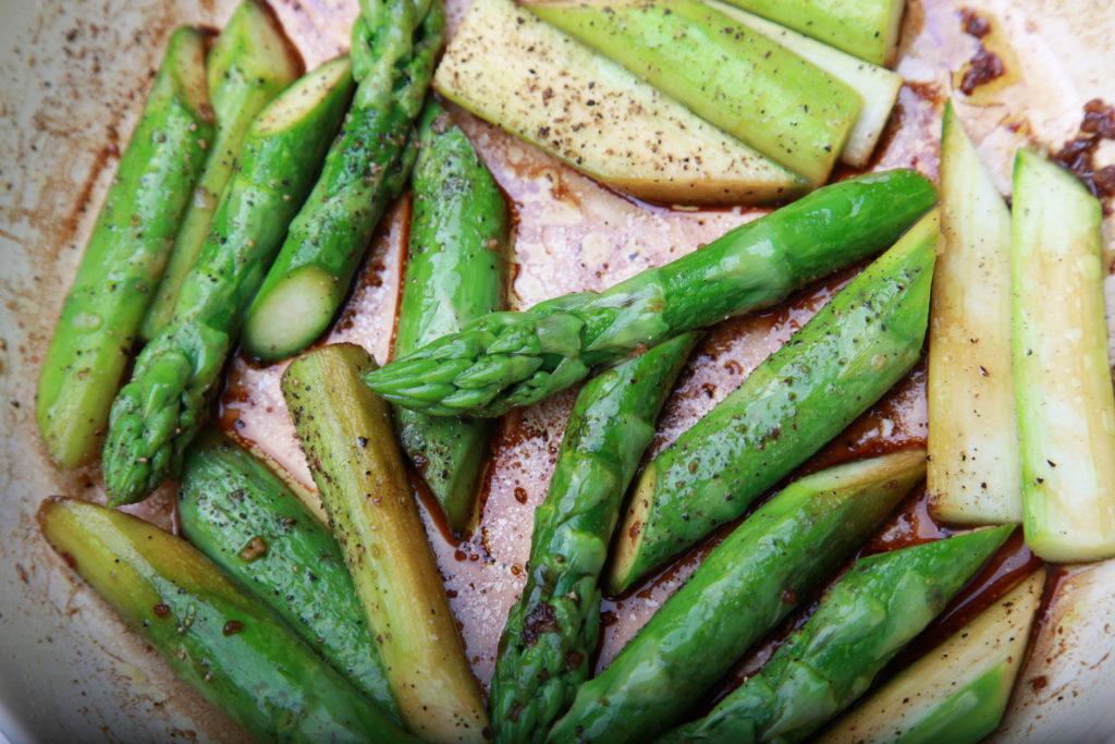 gebratener grüner Spargel mit Knoblauch und Tamari-Sauce